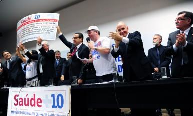 Coordenação do Movimento Saúde + 10 entregou ao presidente da Câmara dos Deputados, Henrique Alves, 1.896.592 assinaturas