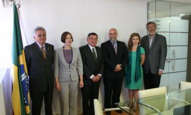 Da esquerda para a direita: Jurandi Frutuoso (secretário executivo do CONASS), Rita Cataneli (gerente de Núcleos do CONASS), Wilson Alecrim, Lue Castonguay, Elise Raciot e Fernando Cupertino.